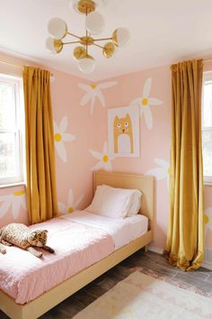 Girl Bedroom Designs, Girls Bedroom, Yellow Kids Rooms, Daisy Wallpaper, Kids Room Paint, Paintings For Kids Room, Bedroom Decor For Small Rooms, Big Girl Rooms, Kids Room Design