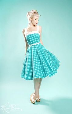 Great 50's style dress. I bet I could sew this.