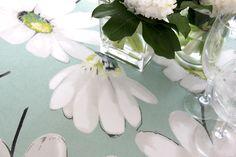 Greta celadón mantel estampado de flores, limpio, en tonos pastel para novias romáticas Glass Vase, Plants, Home Decor, Wedding Decoration, Pastel Shades, Brides, Colors, Decoration Home, Room Decor