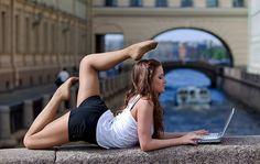 Вы хотите, чтобы у всех прохожих при виде вашей гибкости и красивого тела отваливалась челюсть? Тогда сексуальная уличная йога именно для вас! Пост посвящён неповторимой девичьей грации.