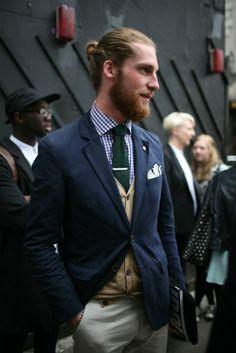 Les accessoires vous permettent de mettre en valeur les pièces basiques : c'est le cas ici avec la pince à cravate et le mouchoir de poche, qui apportent une touche d'élégance supplémentaire qui vient contraster avec la cravate verte en tricot, beaucoup plus décontractée. Le rendu final se retrouve équilibré entre le formel et la décontraction. #modehomme #streetstyle #inspiration #preppy #blazer #cravate #mouchoir