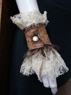 Steampunk wedding pirate victorian lace wrist cuffs - Wedding World Couture Steampunk, Viktorianischer Steampunk, Steampunk Cosplay, Steampunk Wedding, Steampunk Clothing, Steampunk Fashion, Steampunk Necklace, Look Boho Chic, Steampunk Accessoires