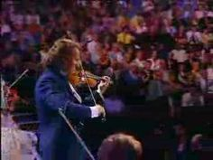 Video: Greek culture is for everyone! André Rieu (Dutch violinist) plays the #sirtaki in London