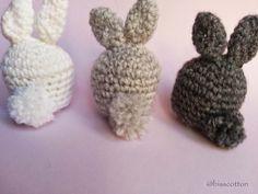 Piccoli conigli amigurumi con coda pom pom Set di 3 di Bisscotton