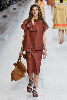 551cdf300 Hermès Spring 2019 Ready-to-Wear Collection - Vogue  springwomensfashion  Fashion 101