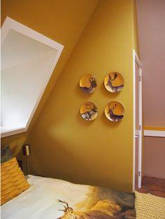 Gele oker is een pigment, een pigment dat behoort tot de aardekleuren. Waarom noemen wij dat Okergeel? Oker stamt af van het Griekse woord Ochros en dat betekent weer geelachtig.