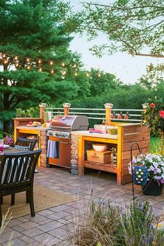 Get our best ideas for outdoor kitchens, including charming outdoor kitchen decor, backyard decorating ideas, and pictures of outdoor kitchen. Inspired by these amazing and innovative outdoor kitchen design ideas. Simple Outdoor Kitchen, Outdoor Kitchen Design, Rustic Kitchen, Outdoor Kitchens, Outdoor Kitchen Sink, Kitchen Country, Wooden Kitchen, Diy Kitchen Flooring, Diy Flooring