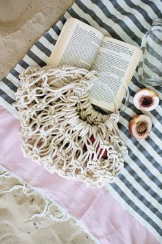 DIY Macramé Rope Bag Looking for an affordable bag that not only looks good but is oh so on trend? Enter the DIY macramé rope bag. Macrame Purse, Macrame Knots, Diy Sac Filet, Knots Guide, Net Bag, Ideias Diy, Produce Bags, Macrame Tutorial, Bracelet Tutorial