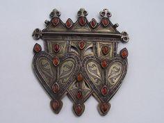 NE Iran/Turkmenistan | A Tekke Turkoman, gilt silver Triple Asyk back pendant with 19 eye shaped raised/rounded carnelian | ca. late 19th to early 20th century