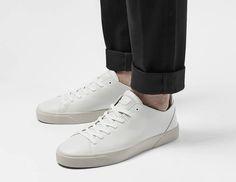 Diese schönen Sneaker aus Leder in Nebelweiss sind für Männlein und Weiblein. Hier entdecken und shoppen: http://sturbock.me/7cX