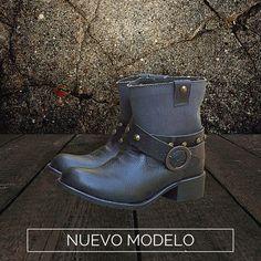 Boots Camp Lona  Diseñadas en piel grabada con tubo de lona, látigos desmontables con estoperoles.  De venta www.kichink.com/stores/brahavoscalzado
