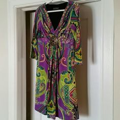 Gorgeous Jessica Howard Dress size 8 3/4 sleeves, V neck with medallion.  Lightweight, wrinkle-free material with stretch.  Excellent condition--looks new!  No pilling or snags. Jessica Howard Dresses Midi