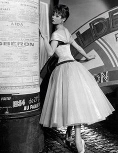 Want old style dresses like :) Brigitte Bardot on the set of 'Doctor at Sea', Photo by John Springer. Brigitte Bardot, Bridget Bardot, 1950s Fashion Trends, Retro Fashion, Vintage Fashion, Vintage Style, Vintage Glam, Classic Fashion, Fashion Black