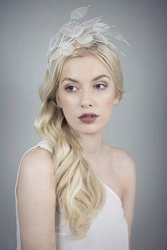 Honesty Fascinator Bridal Hair Band Wedding por MaggieMowbrayHats