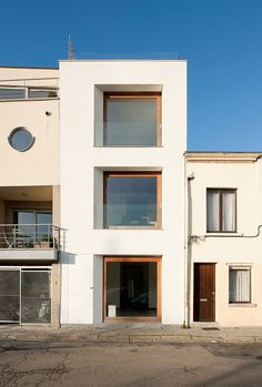 """Proyecto de Graux & Baeyens Architecten en Mechelen, Bélgica. Se trata de la rehabilitación de un edificio familiar de 3 plantas en el centro de la ciudad de Mechelen. Contenido por 3 lados por estructuras adyacentes, el objetivo del diseño fue asegurar las mejores vistas desde cada planta a través de la fachada que da … Continuar leyendo """"CASA KCV"""""""