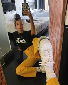 Just Emma Chamberlain being Emma Chamberlain. Mode Outfits, Retro Outfits, Trendy Outfits, Fall Outfits, Summer Outfits, Fashion Outfits, Travel Outfits, Fashion Fashion, High Fashion