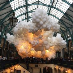 An Ethereal Art Installation with a Life of its Own balloons become a cloud with a heartbeat in London's Covent Garden art installation Light Art Installation, Balloon Installation, Art Installations, Artistic Installation, Covent Garden, Decoration Evenementielle, Instalation Art, White Balloons, Public Art