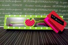 Linda lembrança para presentear aquele (a) professor(a) especial !  Linda caixa decorada feita em color plus 180gr branco e tampa em color plus decorado 180gr com janela em acetato. Vem com 3 canetas de cores variadas (Bic) e com um bloquinho tipo Post it. Customizável com o nome do professor.  Cores e estampas disponíveis para a tampa : Azul claro, verde, rosa, vermelho, preto e lilás; poá, xadrez e coração.  Pedido mínimo : 2 unidades R$ 12,00