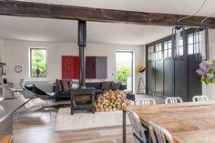 Une maison familiale en Angleterre dans un ancienne station d'ambulances - PLANETE DECO a homes world Ambulance, Style Rustique, Smart Design, Conference Room, Loft, Architecture, Table, Furniture, Blog Deco
