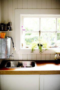 Fra sommer til høst bor familien på 27 kvm – uten innlagt vann Kitchen Cabinets, Windows, Home Decor, Decoration Home, Room Decor, Cabinets, Home Interior Design, Ramen, Dressers