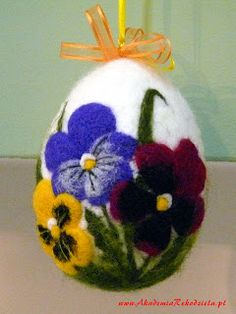 Pisanka filcowa Felted Easter egg Projekt i wykonanie: Teresa Brzeżecka -… Felted Easter egg felt and designed by Teresa Brzeżecka – instructor at the BOCIAN Handicraft Academy Bunny Crafts, Egg Crafts, Easter Crafts, Felted Soap, Needle Felted, Teresa, Easter Egg Designs, Needle Felting Tutorials, Diy Ostern