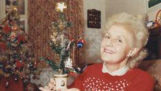 Oldest Christmas tree.Este frágil árbol pequeño es el más viejo del mundo. Cada año, la dueña, Janet Parker de Chippenham, Reino Unido coloca el mismo pino, ¡el cual compró su tía abuela en 1886!  El arbolito de navidad solo mide 30 cm en una maceta adornada con querubines y la Virgen María.