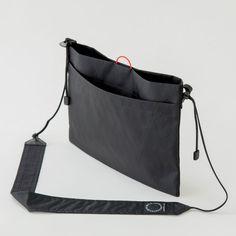 ハイキング中に必要な道具や行動食を歩きながら素早く取り出すことが出来るハイキング用サコッシュ。ラインロックを採用したストラップは、歩くときは体に引き寄せ、荷物を取り出すときは下げるなど、歩きながら簡単に長さを変えられます。 Tote Bags, Tote Handbags, Large Bags, Small Bags, Japan Bag, Creation Couture, Black Leather Bags, Nylon Bag, Casual Bags
