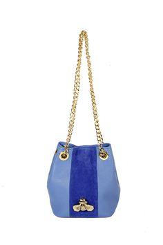 Bucket pequeño piel azul y tira central serraje azul con insecto de latón. Fornituras doradas
