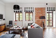 biało-czarne rolety rzymskie na oknach  w salonie z ceglanymi ścianami - Lovingit.pl