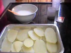 Batata Gratinada - Receita:  3 batatas médias  1 caixinha de creme de leite 250 ml de leite 1 sache de tempero sabor carne sal e pimenta do reino