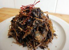 Chwinamul (Sautéed aster scaber) Sushi Recipes, Seafood Recipes, Vegetarian Recipes, Cooking Recipes, Veggie Recipes, Korean Food, Korean Recipes, Banchan Recipe, Maangchi Recipes