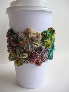 coffee cozy Ravelry: floneedles coffee cozy - links to a free pattern to make the flowers! Crochet Coffee Cozy, Crochet Cozy, Crochet Gifts, Coffee Cozy Pattern, Coffee To Go Becher, Knitting Patterns, Crochet Patterns, Crochet Ideas, Coffee Sleeve