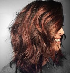 These rose gold auburn balayage are amazing. Chestnut Highlights, Dark Hair With Highlights, Auburn Highlights, Chunky Highlights, Caramel Highlights, Front Hair Styles, Curly Hair Styles, Hair Front, Natural Hair Styles