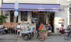 Mhhh… an dieser Straßenecke in Berlin-Mitte wird's lecker. Früher arbeiteten bei diesem italienischen Restaurant nur Frauen – schwuppsdiwups hatte der bis dahin namenlose Italiene…