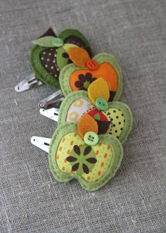 """""""Georgie girl"""" Apple hair clips in green - by Plushka on madeit. Two of my favourite designers ~ Tina and Katia Felt Crafts Diy, Felt Diy, Fabric Crafts, Sewing Crafts, Sewing Projects, Crafts For Kids, Barrettes, Hairbows, Felt Crown"""