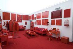 Como o nome sugere, a instalação 'Desvio para o vermelho - Impregnação, Entorno, Desvio', de Cildo Meireles, elegeu diferentes tons para cobrir piso, mobiliário e objetos.