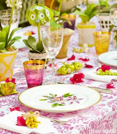 The Glam Pad: Mimi McMakin Decorates a Palm Beach Maisonette Palm Beach, Yellow Color Combinations, Outdoor Table Settings, Dinner Party Table, Beautiful Table Settings, Deco Design, Decoration Table, Pink And Green, Pink Yellow