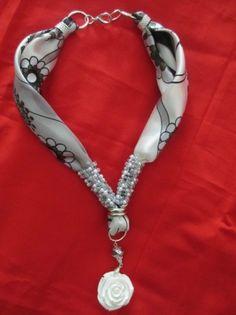 Collana foulard con perline e fiore