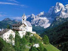 イタリアの世界遺産、ドロミーティです。登山靴、スキーブーツ・ブランド「ドロミテ」の名前の由来にもなっています。イタリアのチロル地方から東アルプス山脈に属する山群で、最も高い頂上は3342mのマルモラーダになります。