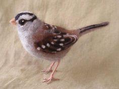Aiguille Bruant oiseau feutré blanc couronné par Ainigmati sur Etsy, $104.00@@