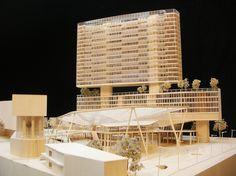 どんな建物も、最初は小さな模型として始まる。ヘルツォーク&ド・ムーロン、ゲーリー・パートナーズ、故ザハ・ハディド。名だたる建築家たちが頼る、2つの模型制作スタジオによる精巧な「建築模型の世界」を紹介しよう。 Futurism Architecture, Conceptual Architecture, Architecture Graphics, Contemporary Architecture, Architecture Design, Mix Use Building, High Rise Building, Building Design, Plaza Design