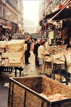 La rue Montorgueil, tout près des Halles, en 1960  (Paris 1er/2ème)