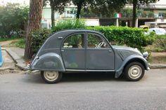 my second dear 2cv....from:Treggia's Blog: Vecchie Auto a Firenze: L'albero e lei...foto trovata su internet è la mia bambinaaaaaaa