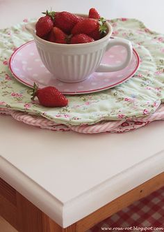 Round scalloped placemats - charming blog!