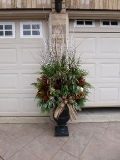 charming outdoor christmas urn decorating ideas (1)
