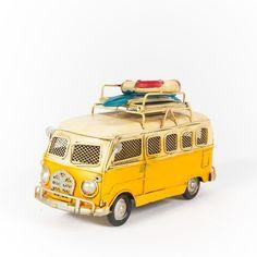 Miniatura Perua Kombi VW - Amarela. Acesse nosso loja para conhecer as mais lindas miniaturas de carros antigos em lata e metal. Produtos com preços incríveis todos a pronta entrega.