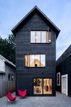 shou sugi ban siding on slender house Narrow House Designs, Tiny House Cabin, House Siding, Street House, Building Exterior, Prefab Homes, Scandinavian Home, Black House, Residential Architecture