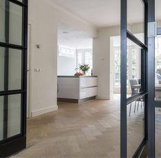 Moderne keuken in een aanbouw jaren '30 woning @btooarchitecten . Stijlvolle combinatie van nieuw, visgraatvloer en stalen deuren . . .…