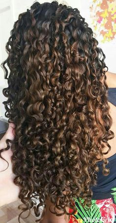 Do you like your wavy hair and do not change it for anything? But it's not always easy to put your curls in value … Need some hairstyle ideas to magnify your wavy hair? Curly Hair Tips, Curly Hair Care, Long Curly Hair, Wavy Hair, Dyed Hair, Curly Hair Styles, Natural Hair Styles, Long Natural Curls, Curly Perm