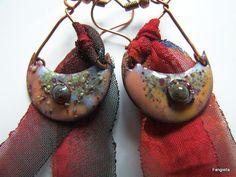 Boucles d'oreilles rouge bordeaux lunes émaux sur cuivre et bandes d'étoffe de…